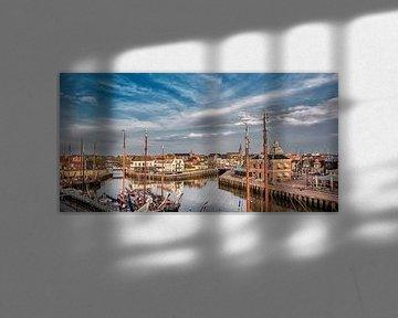 Zicht op de oude havenentree van het historische Friese stadje Harlingen in het avondlicht  von Harrie Muis