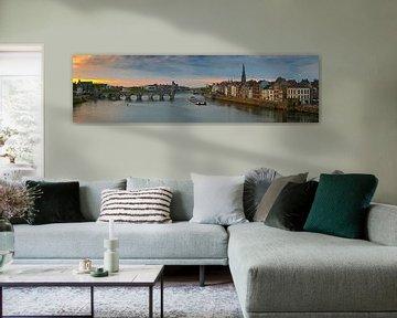 Panorama Maastricht vanaf de Maas met zicht op de Sint Servaasbrug van Anton de Zeeuw