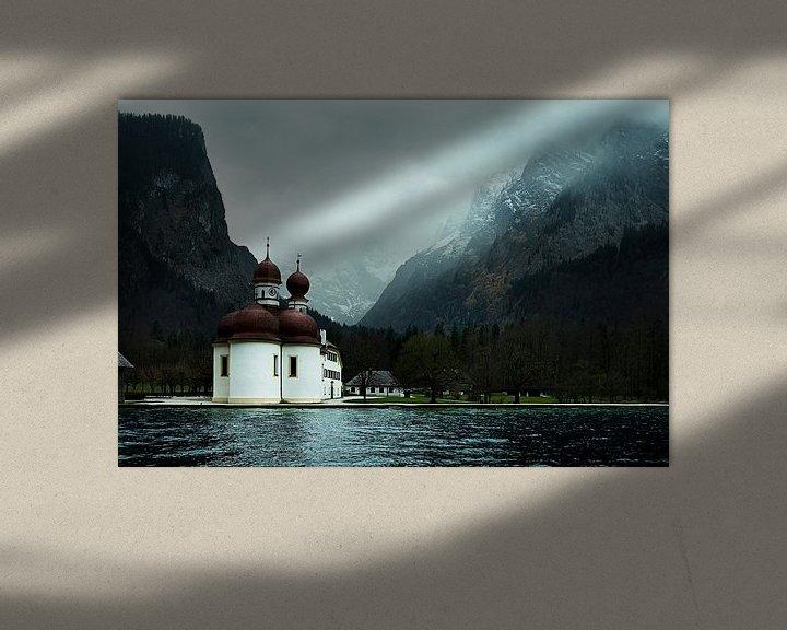 Beispiel: kerk in de bergen aan een meer von Jo Haegeman
