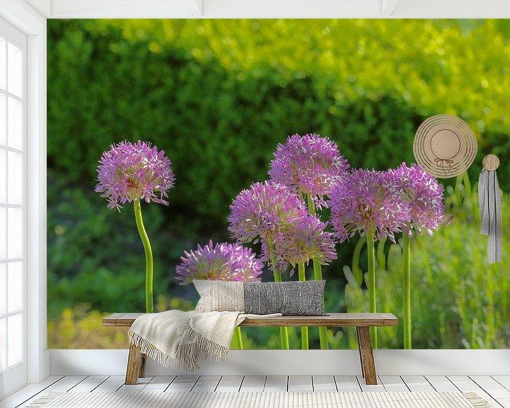 Sfeerimpressie behang: Groepje Allium bloemen van Ronald Smits