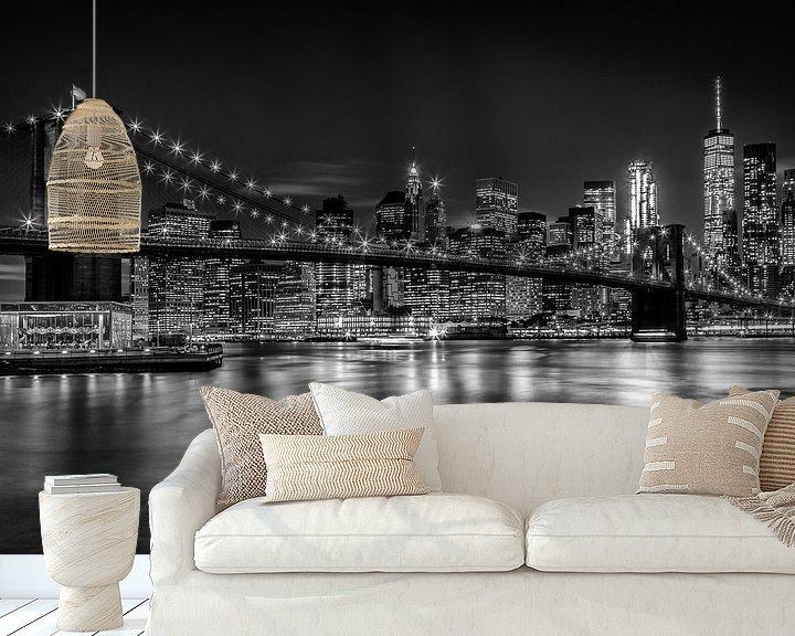 Sfeerimpressie behang: MANHATTAN SKYLINE & BROOKLYN BRIDGE Nachtweergave van Melanie Viola