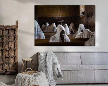 Verlassene Kirche mit Geistern. von Roman Robroek