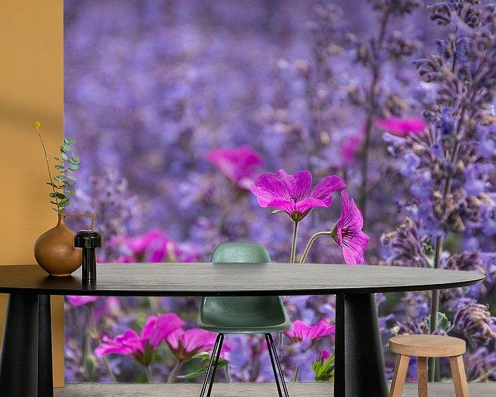 Sfeerimpressie behang: Rose in blauw ... de lente houd van jou. van Yvonne van der Meij