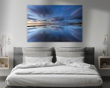 Wolken perfect weerspiegeld in het Schildmeer sur Ron Buist