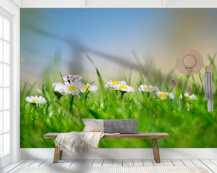 Sfeerimpressie behang: Madeliefjes  van Chantal Nederstigt