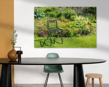 groen metalen stoel op een grasveld von Compuinfoto .