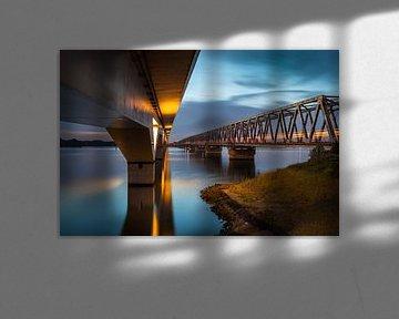 Moerdijkbruggen  / spoorbruggen met trein  van Eugene Winthagen