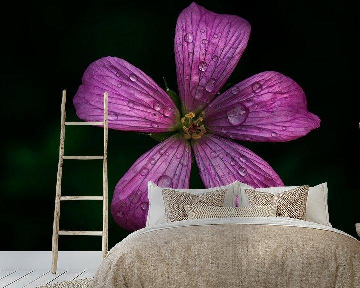 Sfeerimpressie behang: Kleine geranium van Lily Ploeg