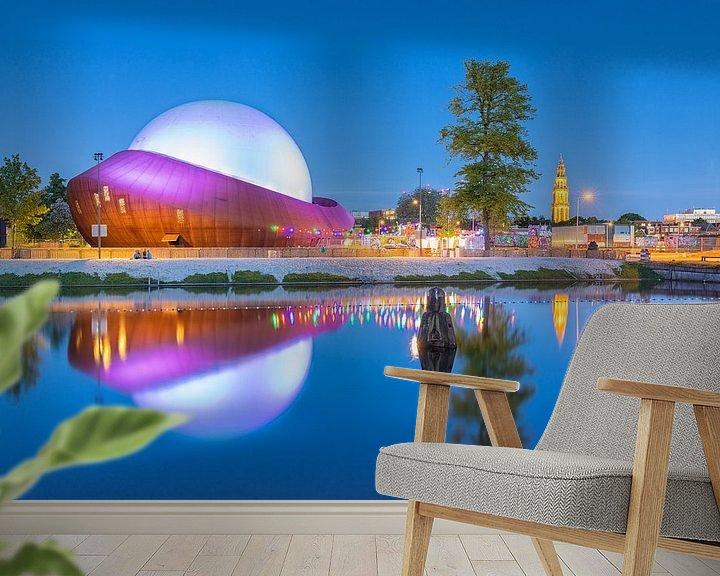 Sfeerimpressie behang: Restaurant DOT in Groningen na zonsondergang. van Ron Buist