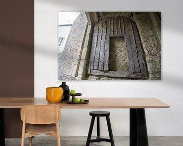 Oude houten deur toegangspoort kasteel van Bricquebec, Normandië van Foto Amsterdam / Peter Bartelings