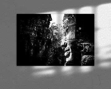 Zwart-wit portret van een gezicht  bij de Angkor Wat tempel in Cambodja van Björn Jeurgens