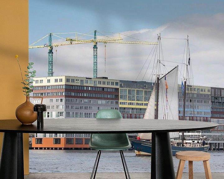 Sfeerimpressie behang: Klassiek zeilschip passeert Silodam in Amsterdam bij de Race of the Classics Rotterdam van Suzan Baars