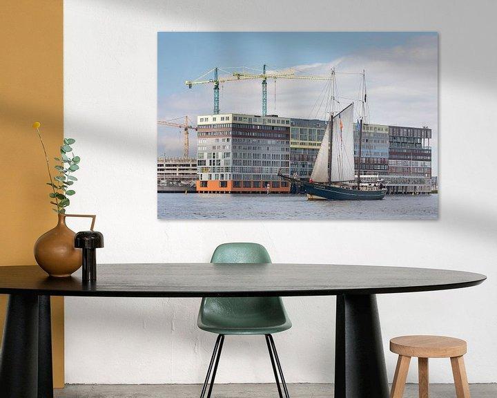 Sfeerimpressie: Klassiek zeilschip passeert Silodam in Amsterdam bij de Race of the Classics Rotterdam van Suzan Baars