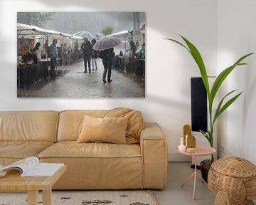 Een plensbui op de Kunstmarkt in Gemert van Tineke Mols