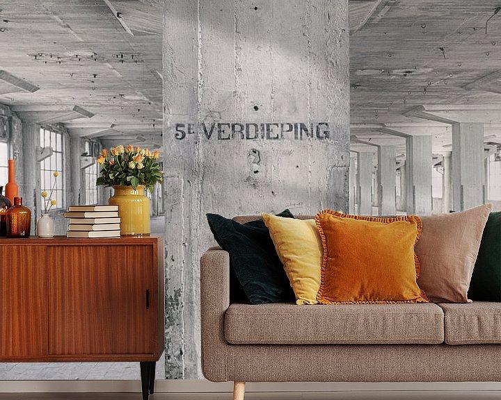 Sfeerimpressie behang: Verlaten plekken: Sphinx fabriek Maastricht Eiffelgebouw 5e verdieping. van Olaf Kramer