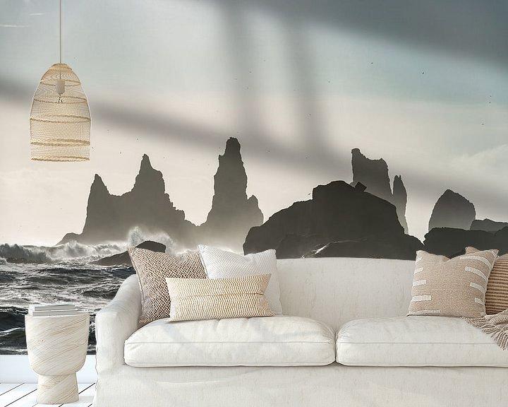 Sfeerimpressie behang: Storm bij Reynisdrangar in zuid IJsland van Gerry van Roosmalen