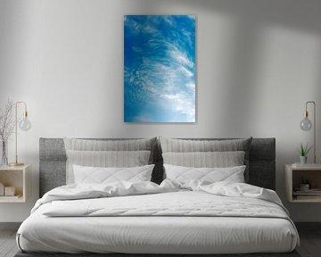 Forts vents formant des cirrus avec un ciel bleu profond