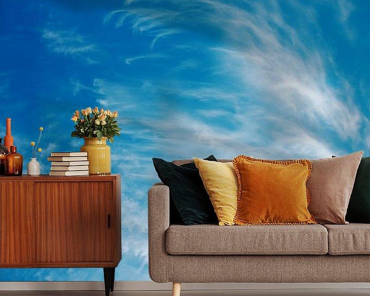 Impression: Forts vents formant des cirrus avec un ciel bleu profond sur Jan Brons