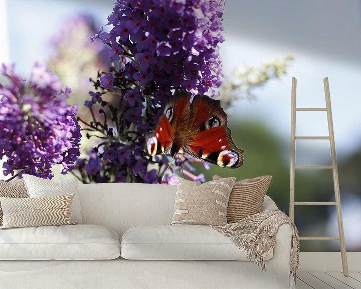 Sfeerimpressie behang: Vlinder op paarse bloem van Erik Koks
