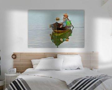 Vietnamese vrouw in traditionele boot van Richard van der Woude