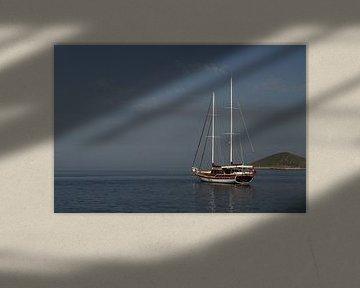 Zeilboot voor anker bij de Griekse eilanden van Edwin Pijpe