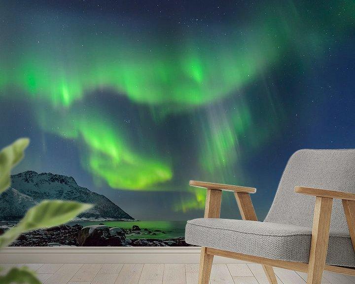 Sfeerimpressie behang: Poollicht of Noorderlicht in de nacht boven Noord-Noorwegen van Sjoerd van der Wal