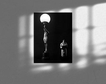 Man in regenjas die een krant leest onder het licht van een lamp in jugendstil  van Hans Post