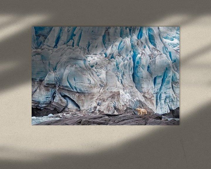 Sfeerimpressie: IJsbeer lopend voor de ijswand van een gletsjer op Spitsbergen van Nature in Stock