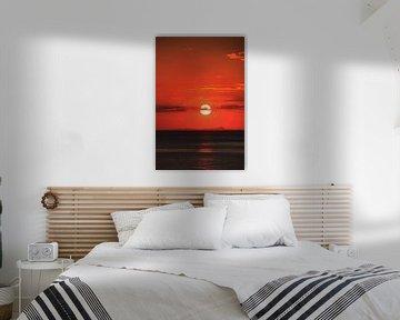 Sonnenaufgang am Meer, fantastischer rot glühender Himmel von Edeltraut K. Schlichting