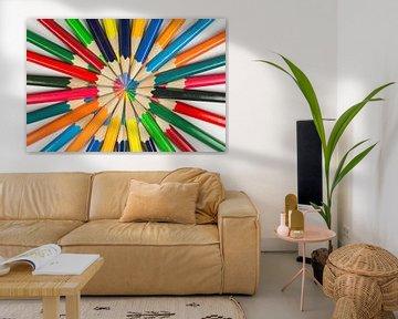 Houten gekleurde potloden als achtergrond foto  van Tonko Oosterink