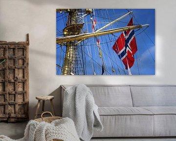 Detail van Zeiljacht met Noorse vlag tegen strak blauwe lucht von Alice Berkien-van Mil