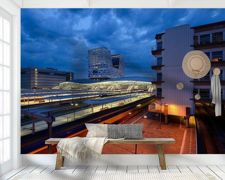 Sfeerimpressie behang: Zicht op Utrecht Centraal Station vanaf de Moreelsebrug van Donker Utrecht