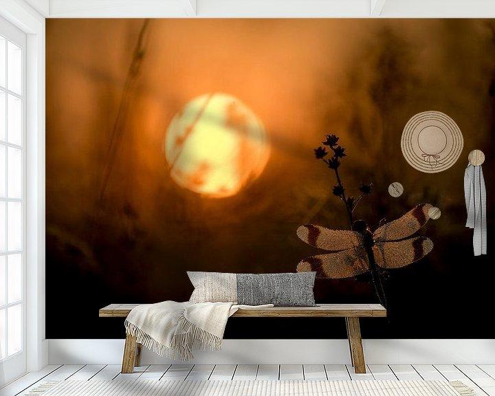 Sfeerimpressie behang: Bandheidelibel bij zonsopkomst van Erik Veldkamp