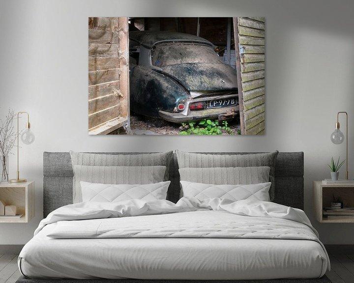 Sfeerimpressie: Verlaten Auto in Garage. van Roman Robroek