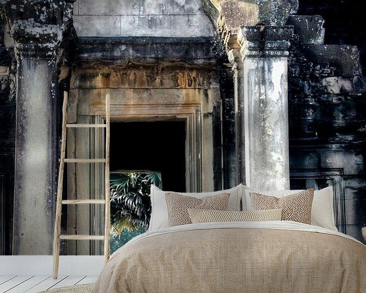 Sfeerimpressie behang: Boeddhistische monniken in Angkor Wat van Marie-Lise Van Wassenhove