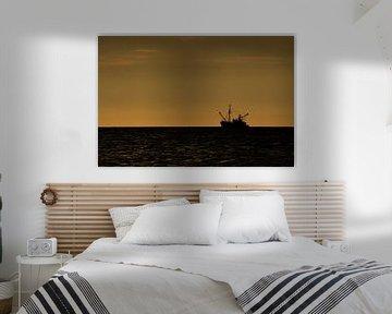 Vissers boot vaart zonsondergang tegen moet