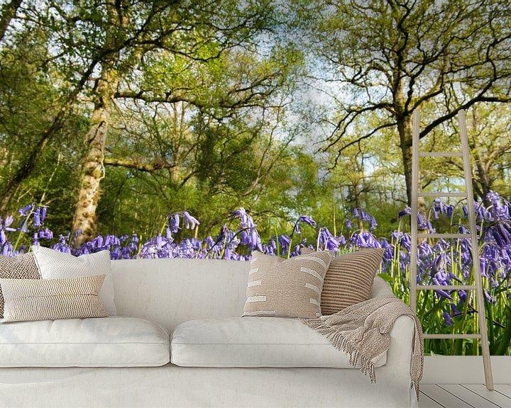 Sfeerimpressie behang: Bloeiende boshyacinten in een Engels eikenbos van Nature in Stock