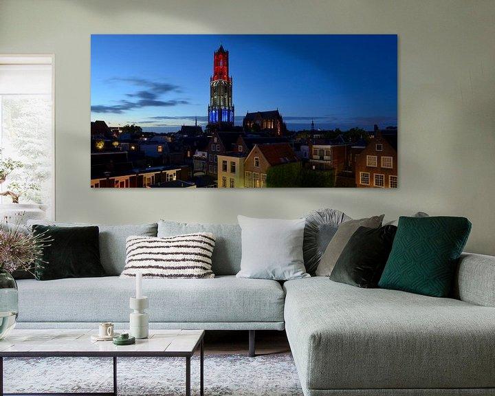 Sfeerimpressie: Stadsgezicht met rood-wit-blauwe Domtoren in Utrecht van Donker Utrecht