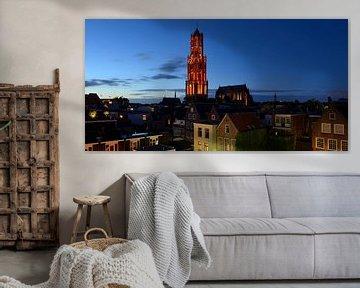 Stadsgezicht met oranje Domtoren in Utrecht von Donker Utrecht