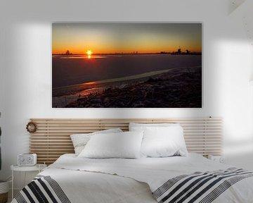 Panorama landschap bevroren meer. / A nice panorama landscape of a frozen lake at sunrise. van G. de Wit