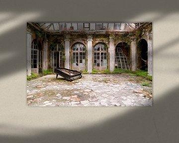 Verlassener Palast mit Klavier. von Roman Robroek