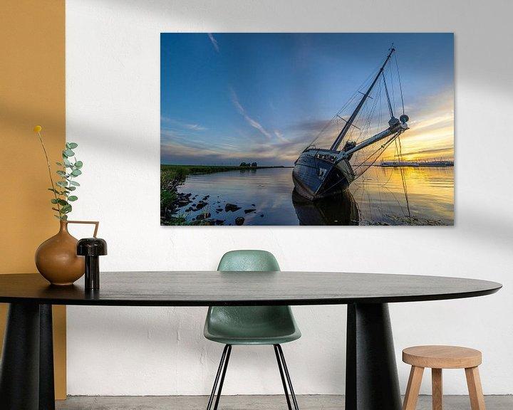 Sfeerimpressie: Een gestrande zeilboot bij Lemmer, tijdens zonsondergang van Roelof Nijholt
