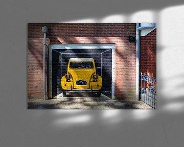 Gele Citroën 2CV geschilderd op een rode bakstenen muur van Evert Jan Luchies