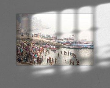 Ritueel bad in de heilige rivier de Ganges in Varanasi, India