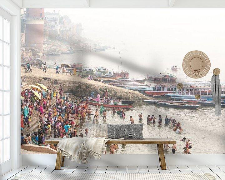 Sfeerimpressie behang: Ritueel bad in de heilige rivier de Ganges in Varanasi, India van Fleur Halkema
