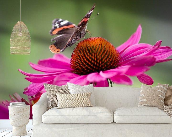 Sfeerimpressie behang: Vlinder op bloem van Sybren Visser