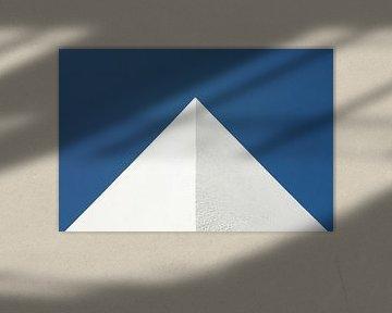 Mediterrane hoekpunt tegen blauwe lucht in rechthoekig formaat