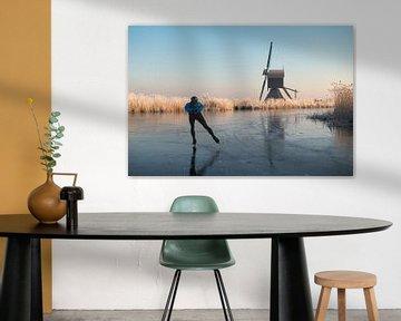 Oud-Hollands schaatsen langs molen en riet met rijp van iPics Photography