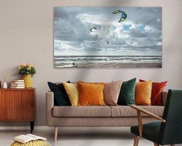 Kitesurfers in de branding van de Noordzee, Castricum aan Zee, Nederland. van Paul Hemmen
