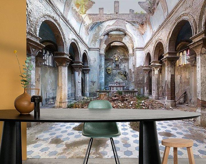 Sfeerimpressie behang: Verlaten Kerk in Italië. van Roman Robroek